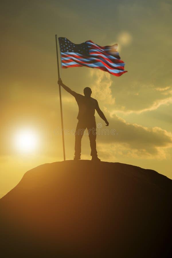 Silhouet van een mens met de vlag van de Verenigde Staten van Amerika bovenop een berg stock afbeeldingen