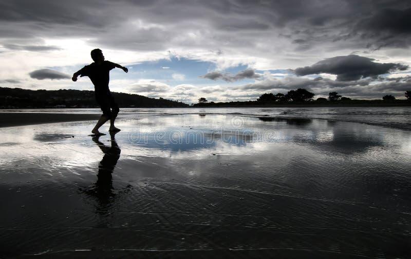 Silhouet van een mens op een strand royalty-vrije stock foto's