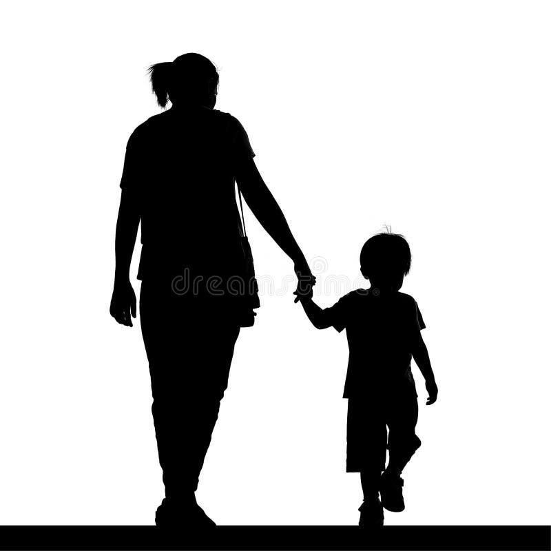 Silhouet van een moeder die haar die zoon houden op wit wordt geïsoleerd royalty-vrije stock foto