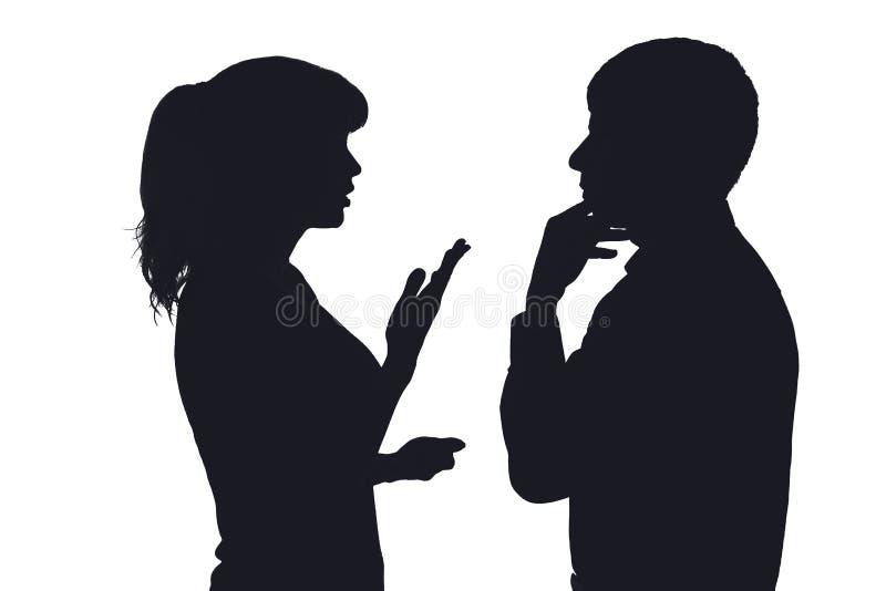 Silhouet van een paar die familieproblemen bespreken stock afbeelding