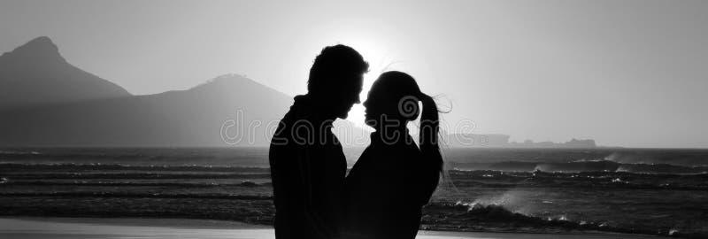Silhouet van een romantisch paar stock afbeeldingen
