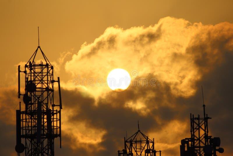 Silhouet van een toren in de vroege stijging van de ochtendzon stock foto