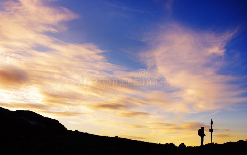 Silhouet van een verloren wandelaar royalty-vrije stock afbeelding