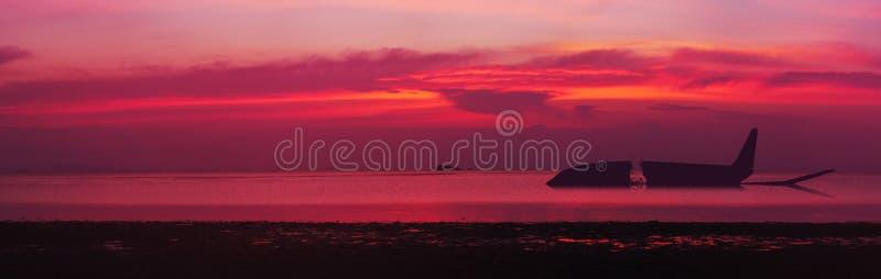 Silhouet van een verpletterd vliegtuig in overzees Zonsondergang over het overzees Panorama royalty-vrije stock fotografie