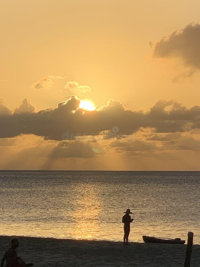 Silhouet van een Visser bij de zonsondergang stock foto