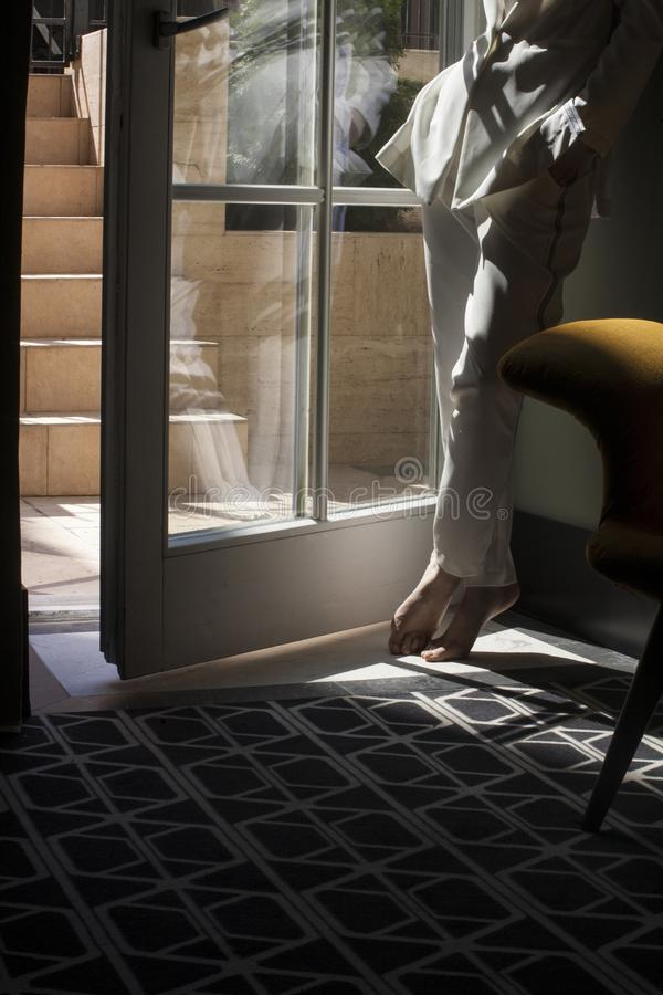Silhouet van een vrouw in het binnenland royalty-vrije stock foto's
