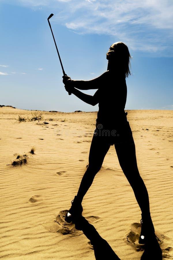 Silhouet van een vrouw met golfclub royalty-vrije stock afbeelding