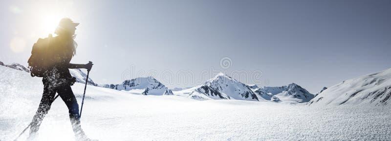 Silhouet van een Wandelende vrouw in de winter Montains stock fotografie