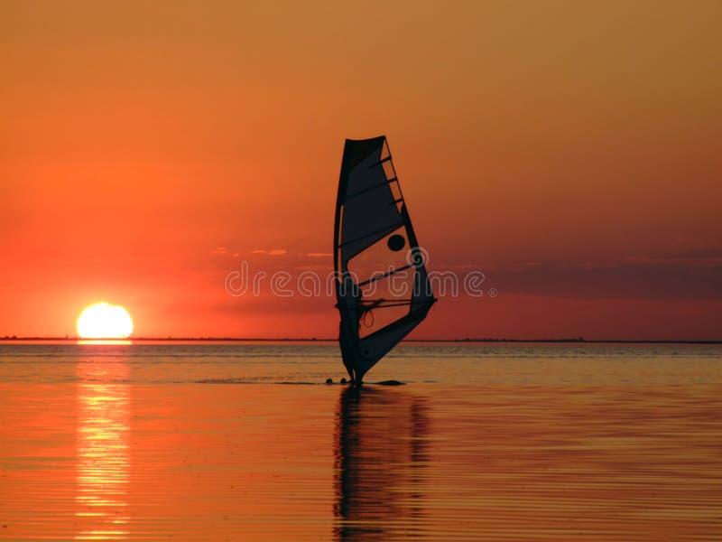 Silhouet van een windsurfer op golven van een golf 2 stock afbeelding