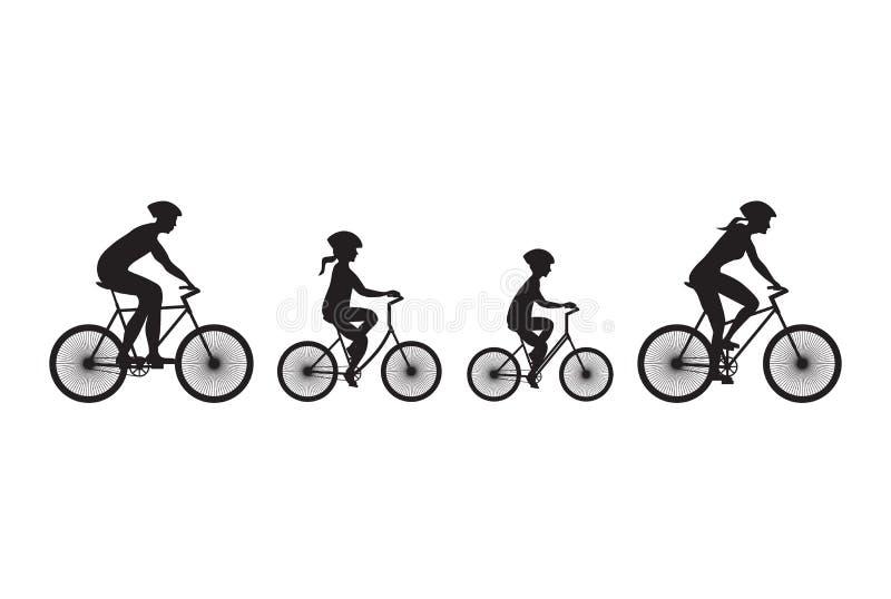 Silhouet van familie op fietsen stock foto's