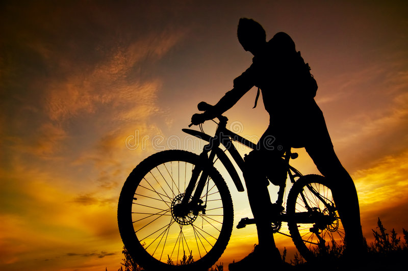 Silhouet van fietser stock foto