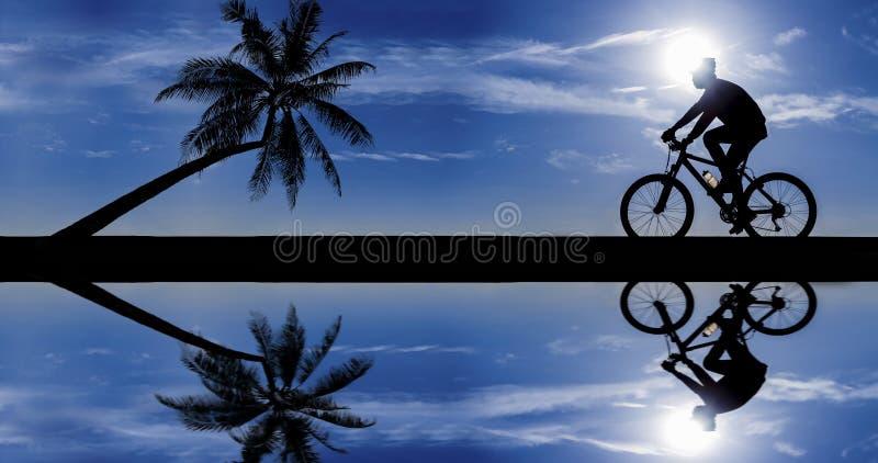 Silhouet van fietser in motie stock fotografie