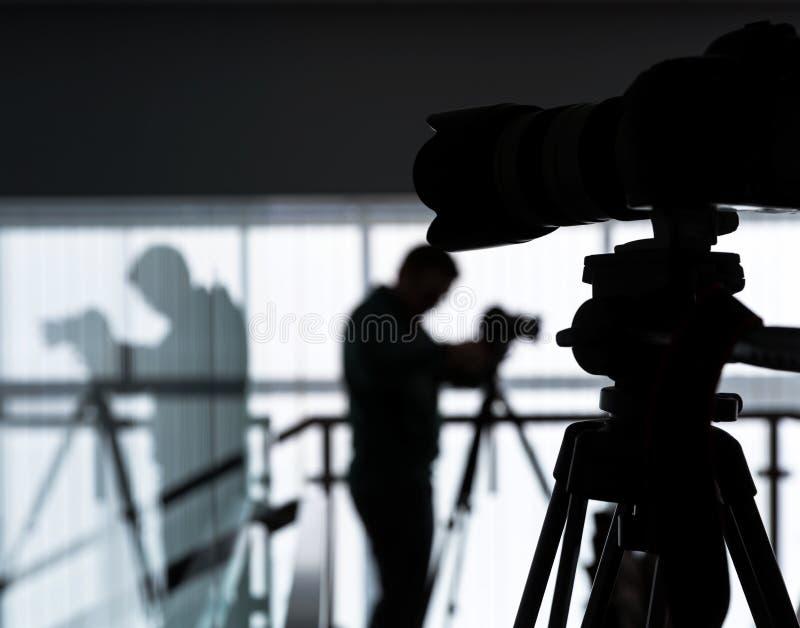 Silhouet van fotograaf en cameraman royalty-vrije stock fotografie