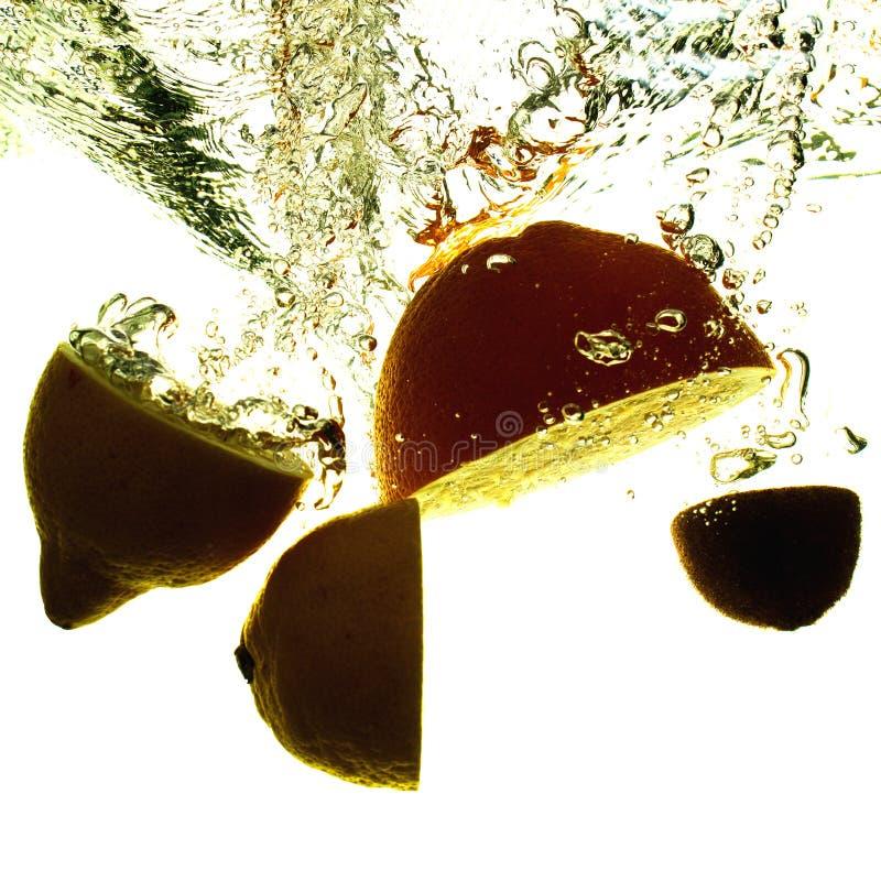 Silhouet van fruit in water met bellen en nevel royalty-vrije stock fotografie