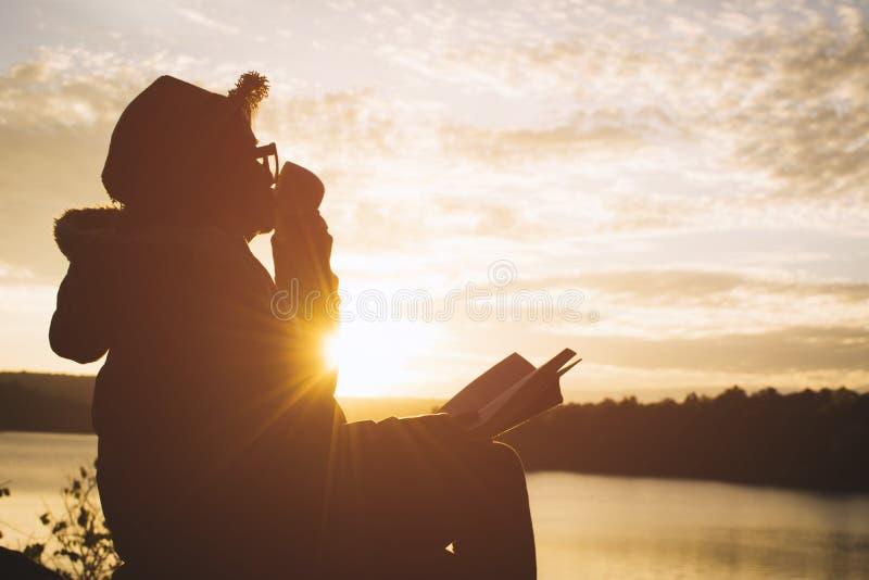 Silhouet van gelukkige oude vrouwen die een boek lezen royalty-vrije stock foto