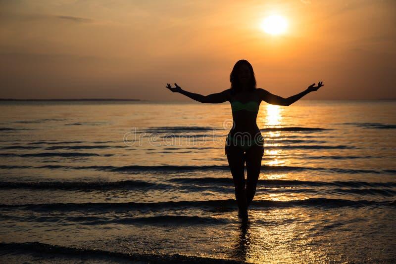 Silhouet Van Gelukkige Vrouw In Bikini Op Strand Bij