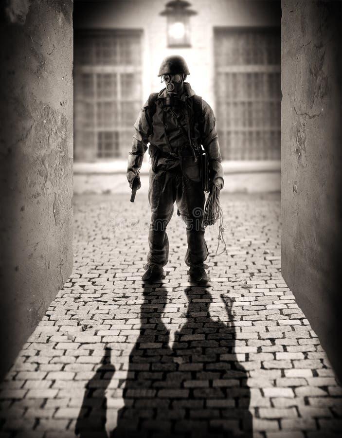 Silhouet van gevaarlijke militaire mensen royalty-vrije stock afbeeldingen