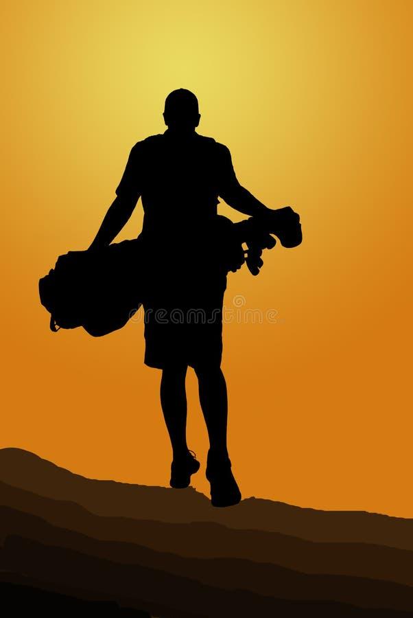 Silhouet van golfspeler die met golfzak in de zonsondergang er vandoor gaan royalty-vrije stock foto
