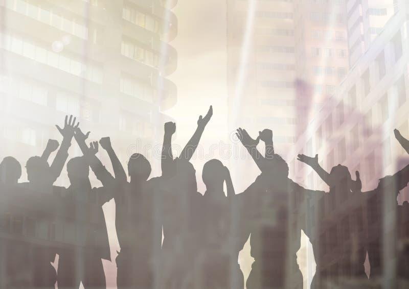 Silhouet van groep mensen die bij partij met overgangsachtergrond vieren royalty-vrije illustratie