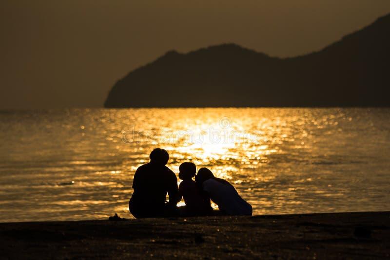 Silhouet van hartelijke familie royalty-vrije stock foto