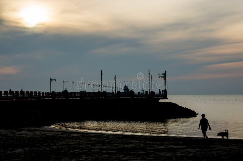 Silhouet van Havengebied Ao Prachuap, de provincie van Prachuap Khiri Khan in Zuidelijk Thailand stock afbeelding