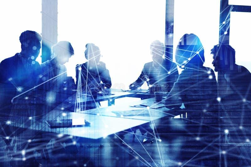 Silhouet van het bedrijfsmensenwerk samen in bureau Concept groepswerk en vennootschap dubbele blootstelling met netwerk stock fotografie