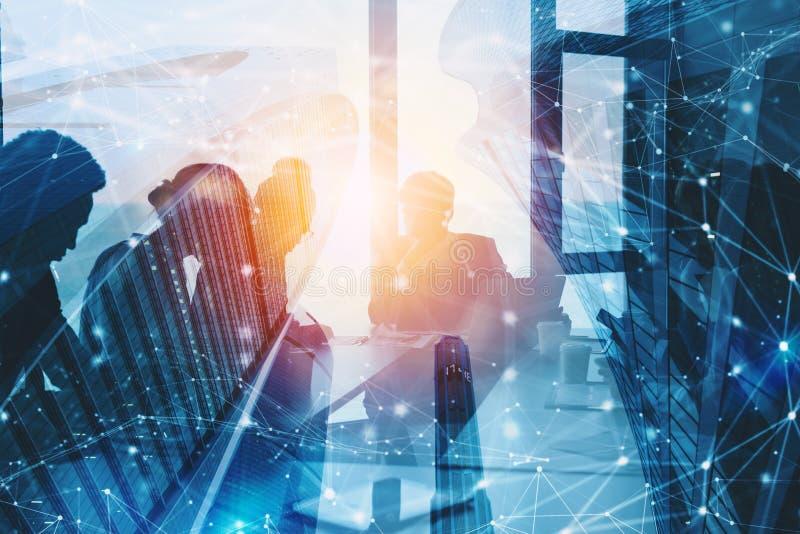 Silhouet van het bedrijfsmensenwerk samen in bureau Concept groepswerk en vennootschap dubbele blootstelling met netwerk stock foto's
