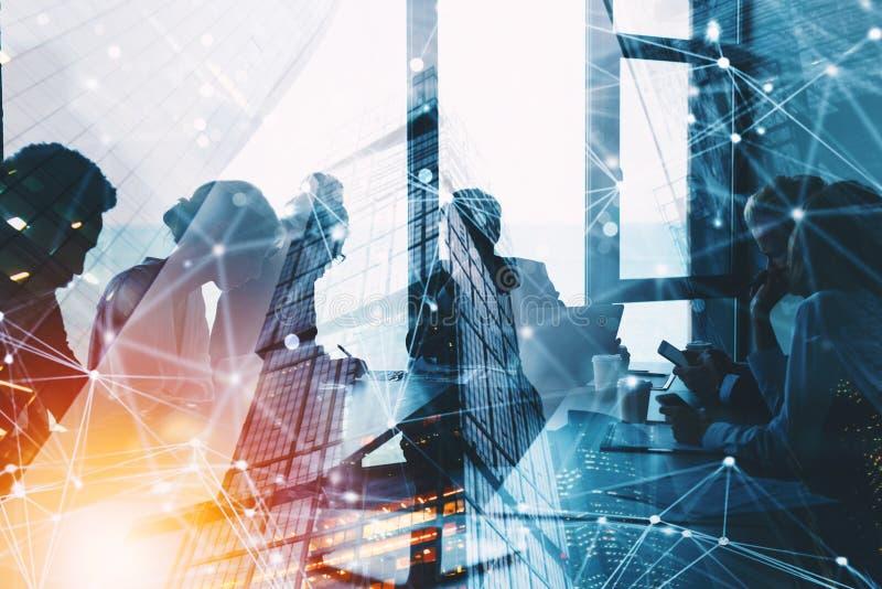 Silhouet van het bedrijfsmensenwerk samen in bureau Concept groepswerk en vennootschap dubbele blootstelling met netwerk royalty-vrije stock fotografie
