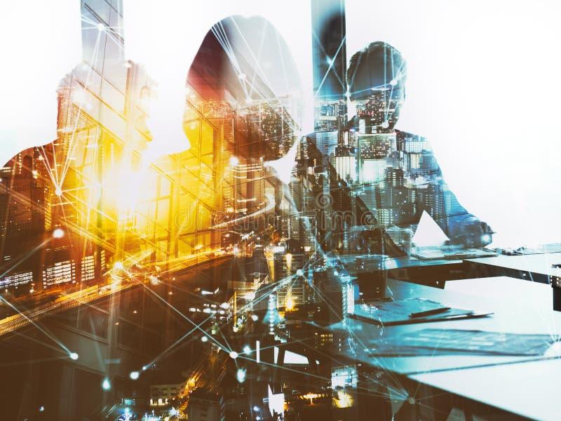 Silhouet van het bedrijfsmensenwerk samen in bureau Concept groepswerk en vennootschap dubbele blootstelling met netwerk royalty-vrije stock afbeelding