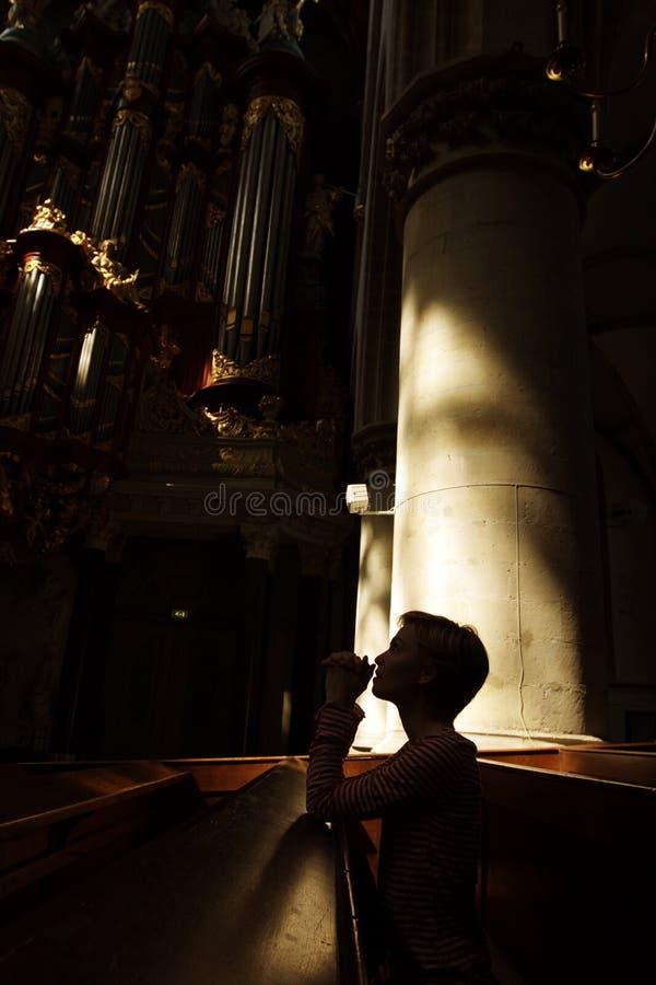 Silhouet van het bidden van vrouw stock foto's