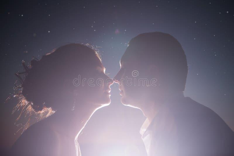 Silhouet van het houden van paar het kussen in backlight royalty-vrije stock foto