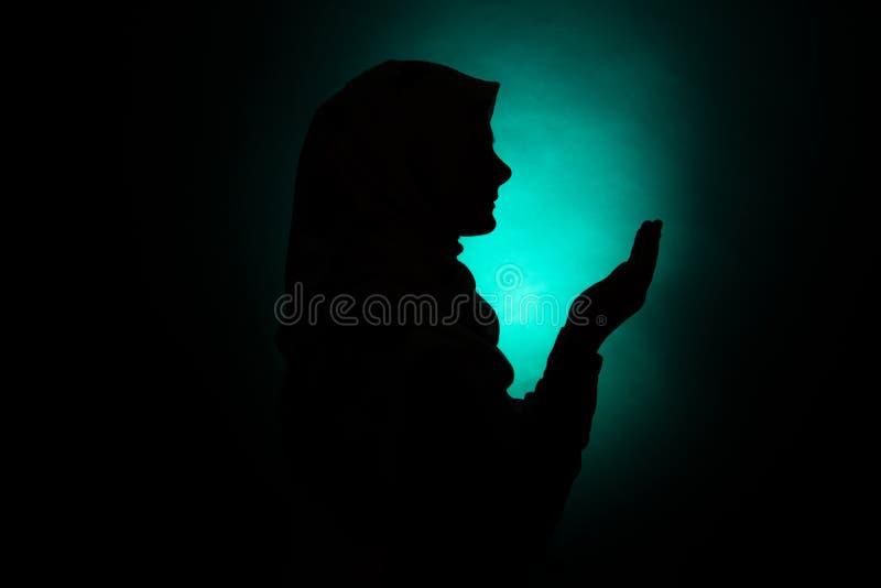 Silhouet van het moslimvrouw bidden royalty-vrije stock fotografie