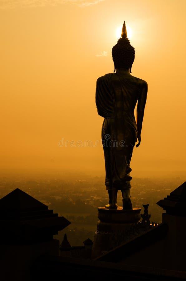 Silhouet van het standbeeld van Boedha in zonsondergang stock foto's