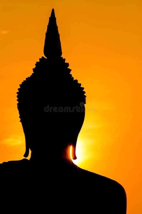 Silhouet van het standbeeld van Boedha in zonsondergang stock afbeeldingen