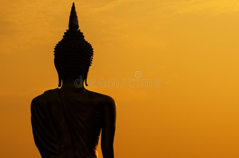 Silhouet van het standbeeld van Boedha in zonsondergang royalty-vrije stock foto