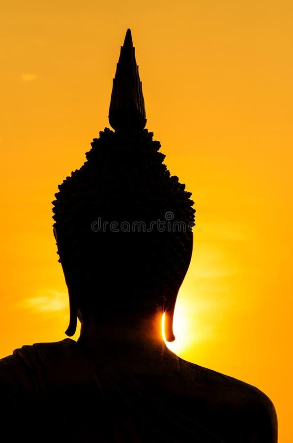 Silhouet van het standbeeld van Boedha in zonsondergang royalty-vrije stock afbeelding