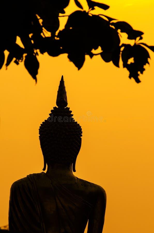 Silhouet van het standbeeld van Boedha in zonsondergang royalty-vrije stock foto's