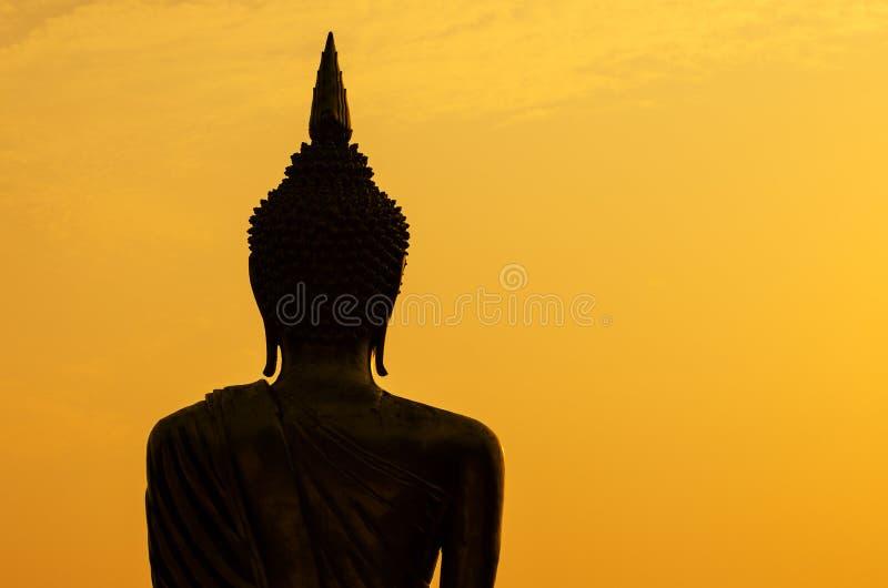 Silhouet van het standbeeld van Boedha in zonsondergang stock fotografie