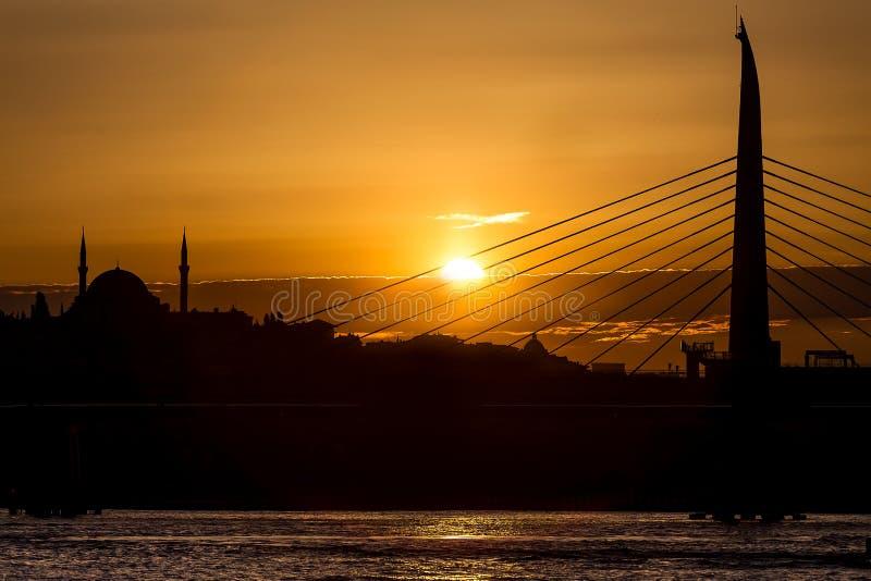 Silhouet van Istanboel bij zonsondergang stock fotografie