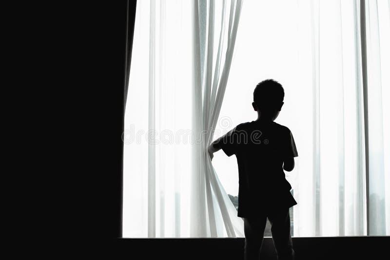 Silhouet van jong geitje het openen gordijn royalty-vrije stock foto