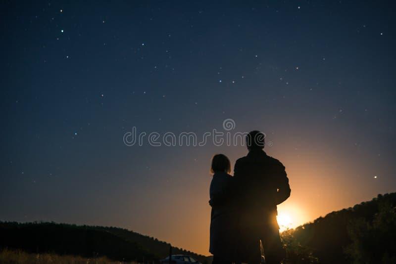 Silhouet van jong paar onder sterren Het concept op het thema van liefde romantische avond samen, zonsondergang royalty-vrije stock foto's