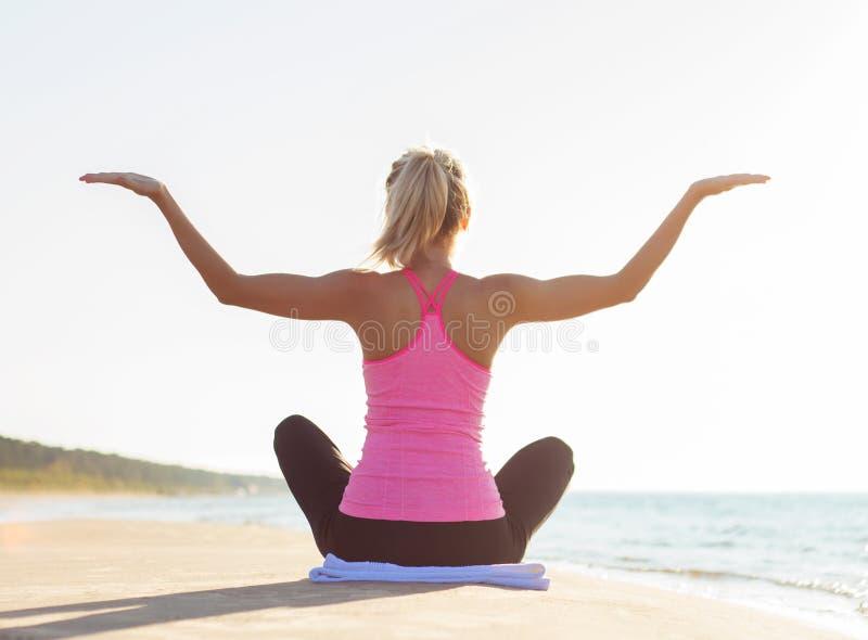 Silhouet van jonge gezonde en geschikte vrouw het praktizeren yoga royalty-vrije stock afbeelding