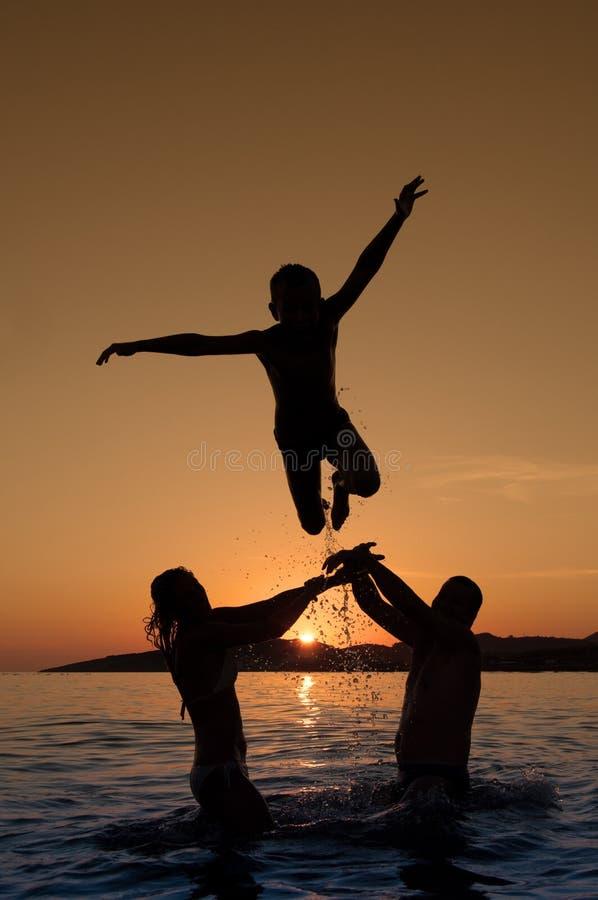 Silhouet van jongen het springen stock foto