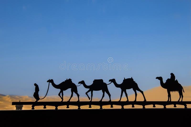 Silhouet van kameelcaravan royalty-vrije stock afbeeldingen