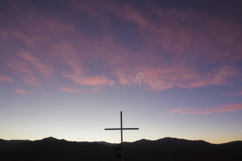 Silhouet van katholiek kruis in de berg bij zonsondergang, Bolivië stock afbeelding