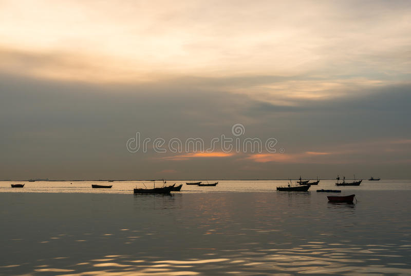 Silhouet van Kleine vissersboten op het overzees tijdens zonsondergang royalty-vrije stock afbeeldingen
