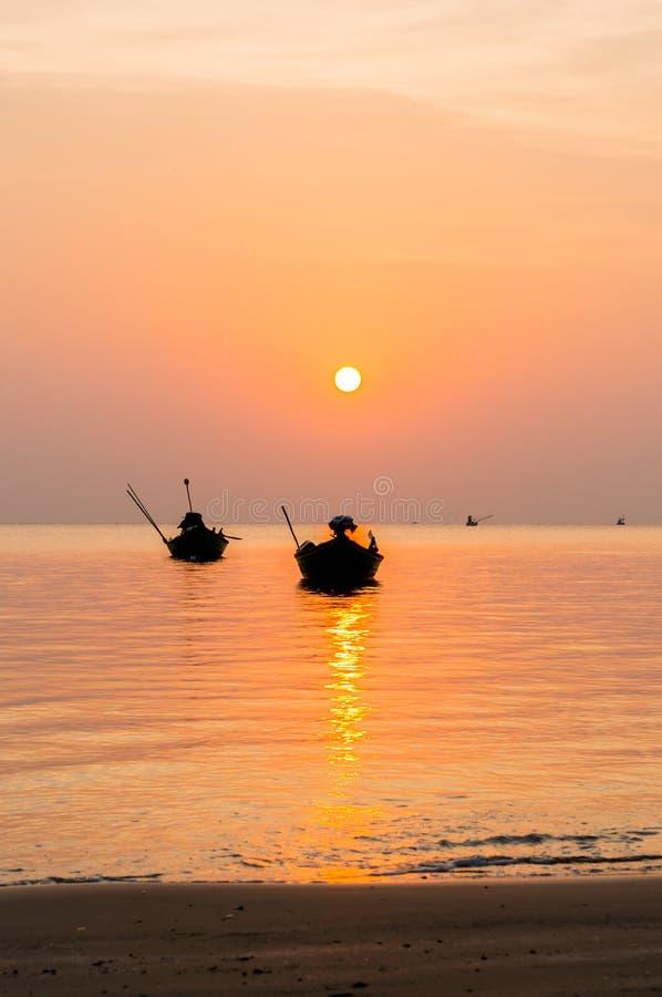Silhouet van Kleine vissersboten op het overzees tijdens zonsopgang royalty-vrije stock afbeeldingen