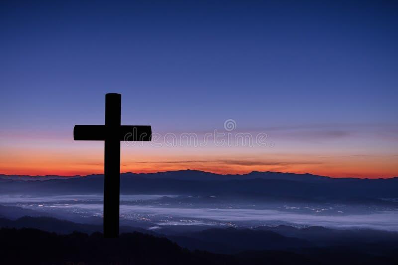 Silhouet van kruis op bergzonsopgang stock afbeelding