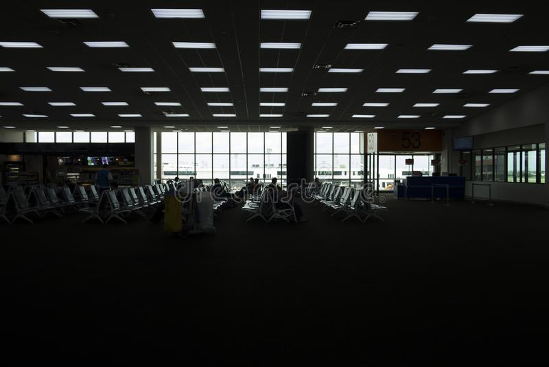 Silhouet van luchthavenzitkamer Veel van mensen die op reis wachten stock foto