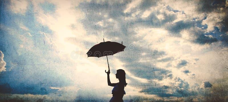 Silhouet van meisje met paraplu stock afbeeldingen